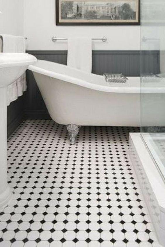 Le grand retour du sol en mosaïque noire et blanche dans les salles de bain