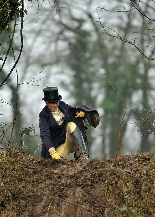 Even covered with mud, a woman in fox hunting clothes remain elegant!