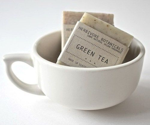 Deze groene thee smoothie met frambozen draagt bij aan je vetverbranding. Dat is namelijk één van de eigenschappen van groene thee en van frambozen.