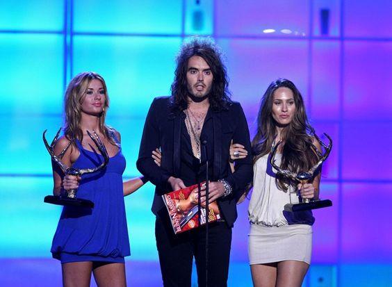 Pin for Later: Revivez les meilleurs moments des Best Guys Choice Awards !  Russell Brand est venu chercher son prix entouré de deux jolies femmes en 2008 aux Guys Choice Awards.