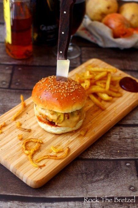 Burger maison, sauce à la Guinness et au cheddar, ketchup au whisky et oignons frits