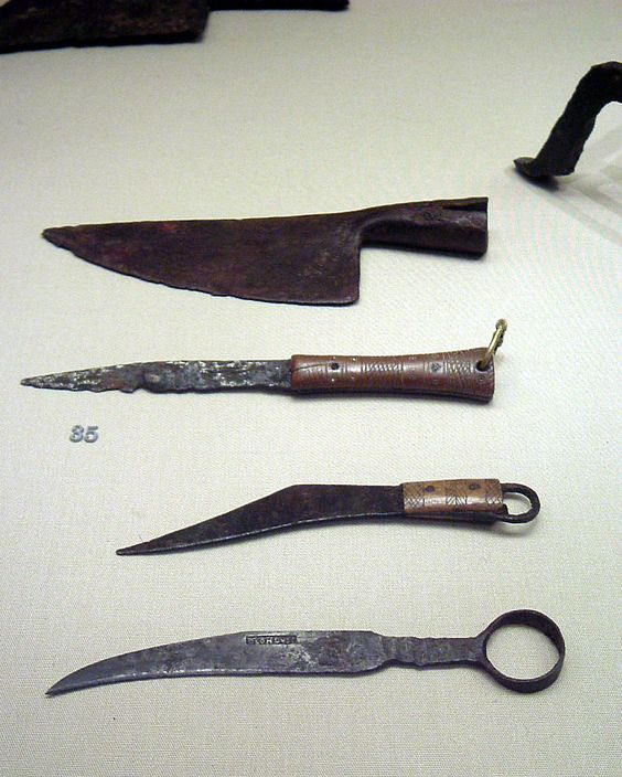 Roman soldiers carried varies types of knives.: