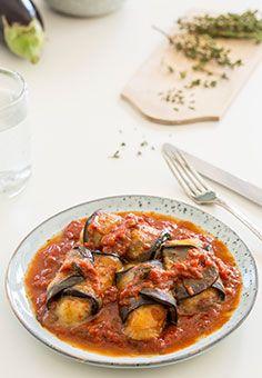 Auberginen Röllchen in Tomatenkompott  Italien auf dem Teller. Leckere Auberginen Röllchen gefüllt mit Mozzarella auf einem herrlichen Tomatenkompott.
