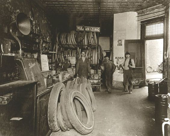 Vintage ford auto repair shop auto garage interior old for Garage reparation ford
