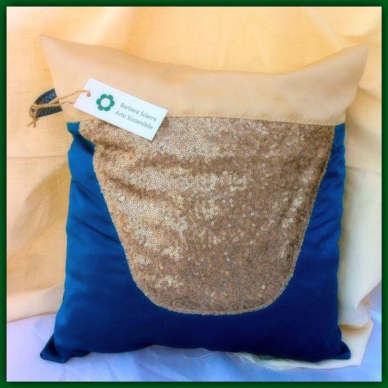 """Cuscino """"Elegant Chic"""", brillante realizzato con avanzi di sartoria: raso bicolore e paillettes. Misura 40x40 cm.  Cerniera sul retro."""
