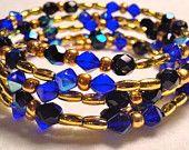 Óvalo de oro y pulsera de cuentas de semilla redonda con con cuentas de cristal de color azul utilizando alambre de la memoria de acero inoxidable