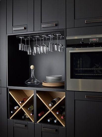 Cave à vin : des rangements directement intégrés dans la cuisine pour les bouteilles, la carafe et les verres à vin.