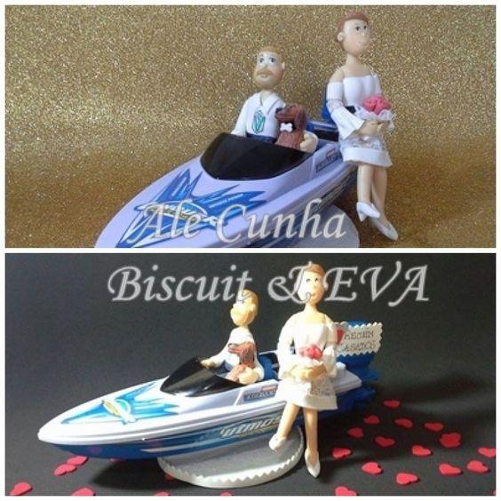 Topo Bolo Casamento em Biscuit - Noivos na lancha com seu mascote.