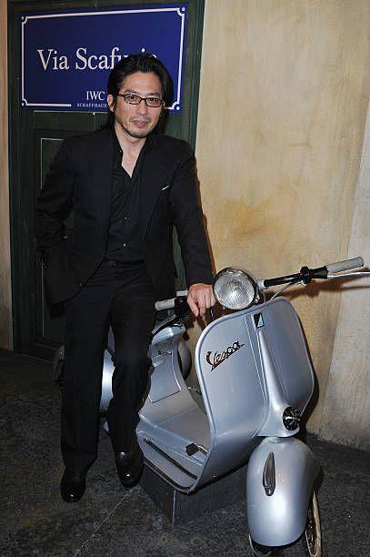 バイクに寄りかかる真田広之