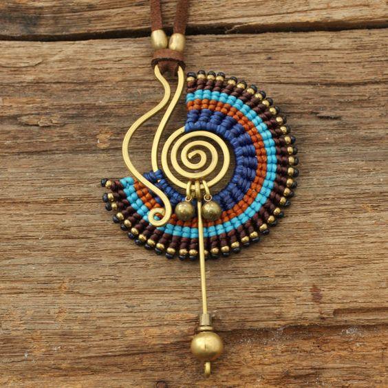 Collar de diseño tribal con algodón encerado tejido macrame en azul , marrón y latón