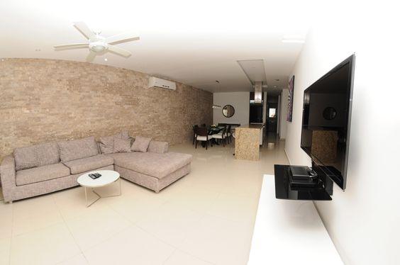 Sala con un sof cama balc n de 2 pisos iluminado por las for Salas con sofa cama