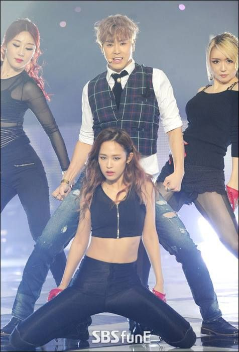Now THIS pic of Yun w/those 3 girls posed like that with him, just KILLS ME. *dies* @@@@@@@@ <3  They're all so hella-sexy, esp. the one in the middle on the floor, spreading her legs so sexily like that, right in front of his legs spread apart. (goodlord ><)  That girl in front of him on the floor, is ME. j/k :P ;) <3