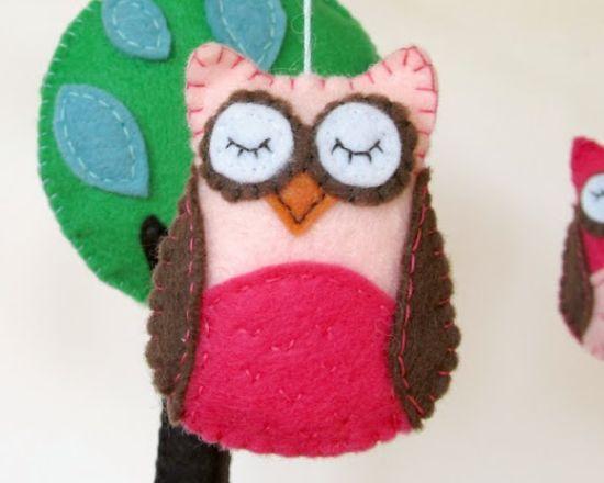 Você pode fazer um móbile de corujinhas para decorar o quarto de suas crianças ou para presentear alguma futura mamãe.