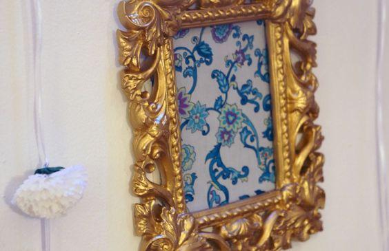 Porta retrato dourado em gesso e tecido
