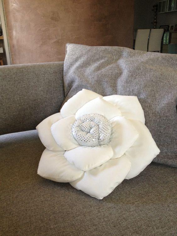 Cuscino a rosa impreziosito da paillettes