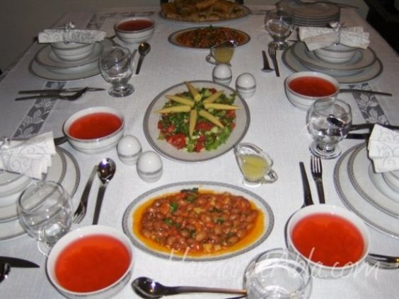 1. Sebze çorbası 2. Pilav 3. Güveçte köfte 4. Humus 5. Zeytinyağlı Barbunya 6. Alt üst böreği 7. Ayva kompostosu 8. Çoban salata 9. Tiramisu
