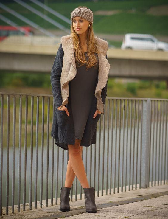 Das Kleid und die super warme Weste von SusyMix sind in Kombi mit dem Strickstirnband von Signe des Temps perfekt für den Herbst. Dass es nicht zu kühl wird dazu noch die anthrazitfarbene Strickjacke von FREEQUENT und Stiefeletten von H3 Shoes kombinier.