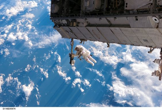 Robert_Curbeam_during_the_first_spacewalk_of_the_STS-116_mission.jpg (3032×2064)