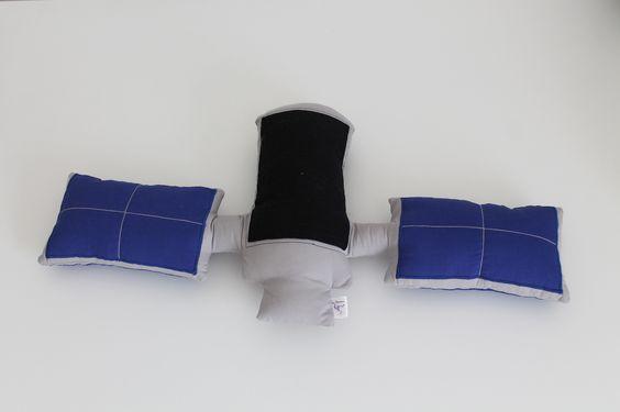 #Almofada #satelite para combinar com #edredom com o tema Sistema Solar. #Satellite #cushion #pillow #solarsystem