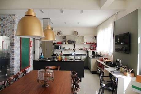 Para quem está montando um ambiente de home office, aqui uma seleção de inspirações em diferentes ambientes da casa, como cozinha, quarto e sala.
