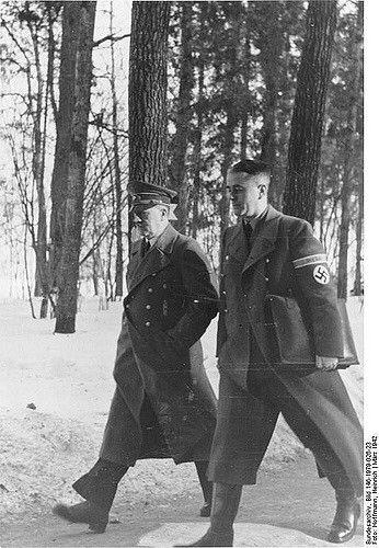 Der Führer und Reichsminister Speer bei einer Besprechung im Führerhauptquartier. 23.3.1942