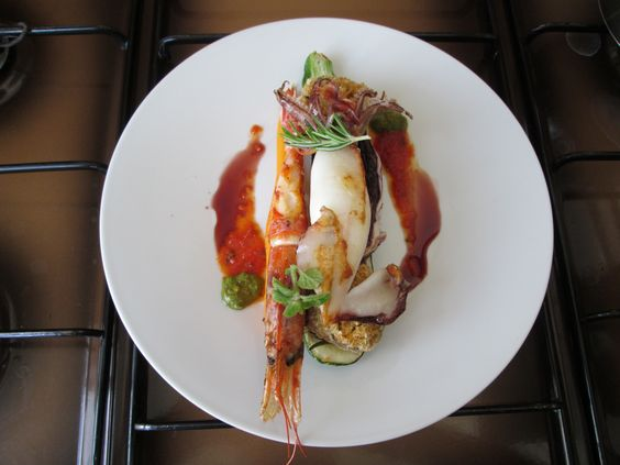 JHS  / Calamaro e gambero grigliati su zucchina funghi ripieni e radicchio,salse di pesto  di basilico ,al vino rosso e pomodoro Gino D'Aquino