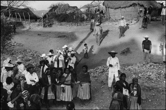 Abbas   MÉXICO. Estado de Guerrero. Vila de San Augustin de Oapan. Procissão de casamento com uma banda de música e os moradores transportando presentes. 1983.