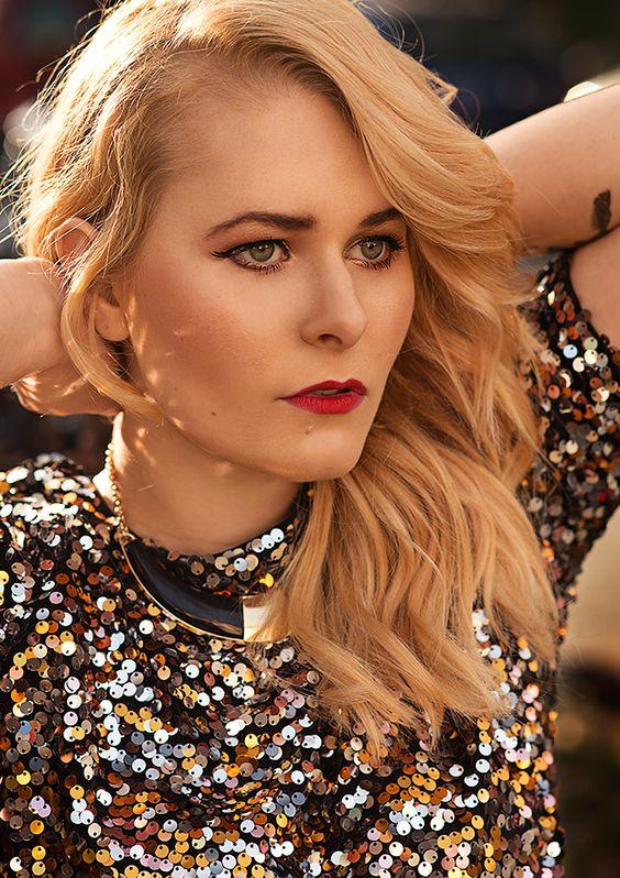 Christina Key trägt ihre langen blonden Haare gerne wellig und liebt roten Lippenstift kombiniert mit goldenem Augen Make Up