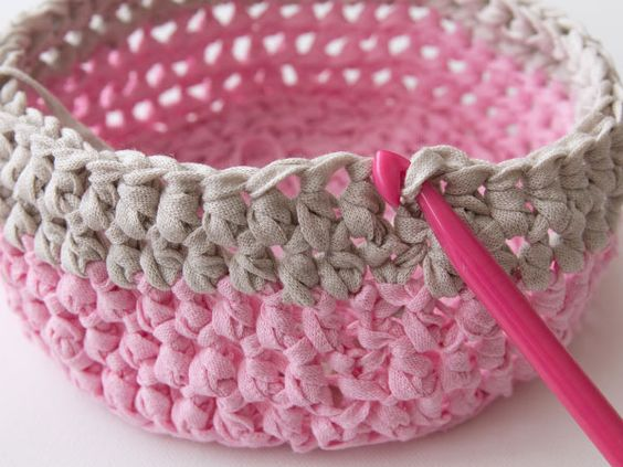 Free Crochet Pattern and Tutorial: Learn how to make a gorgeous crochet basket. ✿⊱╮Teresa Restegui http://www.pinterest.com/teretegui/✿⊱╮: