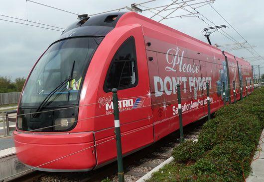 """Sogar ein Zug befindet sich nun im """"Fuhrpark"""" der Heilsarmee. Natürlich ist das Fahrzeug nicht im Besitz der Organisation -- während der Weihnachtssaison wurde dieser als Werbefläche für die Heilsarmee genutzt. Weitere Detailfotos gibt's unter http://www.behance.net/gallery/The-Salvation-Army-Train-Wrap/6237419"""