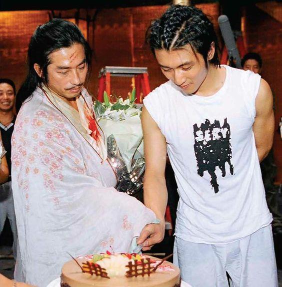ケーキに入刀する真田広之