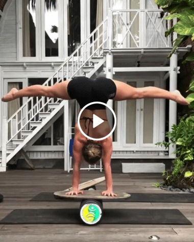 Garota se equilibra no limita da sua força