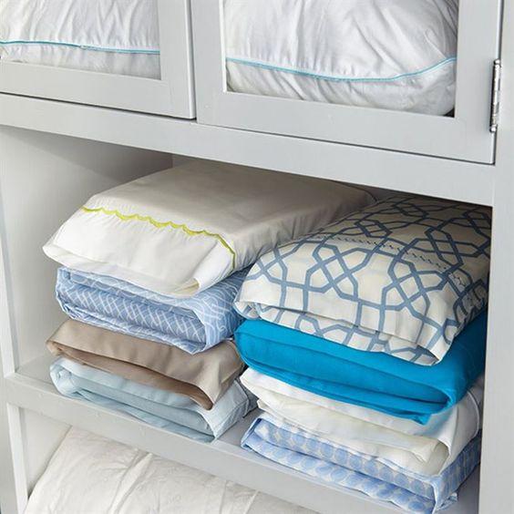 Cuando dobles las sábanas, méte todas las piezas de un mismo juego dentro de la funda de almohada y te será más fácil almacenarlas y encontrarlas.