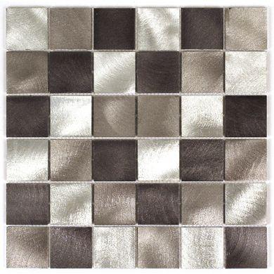 Une mosaïque aluminium aux motifs carrés de couleur mix gris/noir pour une réalisation contemporaine.