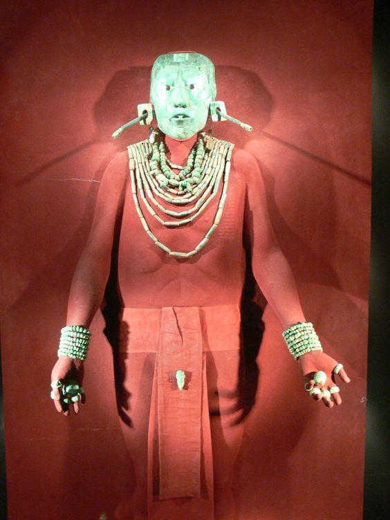 Vestimenta funeraria de K'inich Janaab' Pakal (marzo 23 de 603 - agosto28 de 683)  ahau o gobernante de Lakam Ha', ahora  Palenque. El esqueleto de Pakal estaba cubierto de cinabrio. El ajuar funerario de Pakal lo reitera como dios del maíz, árbol del mundo y centro del universo. En sus manos y junto a sus pies se encontraron cuatro cuentas de jade que simbolizan los cuatro rumbos.