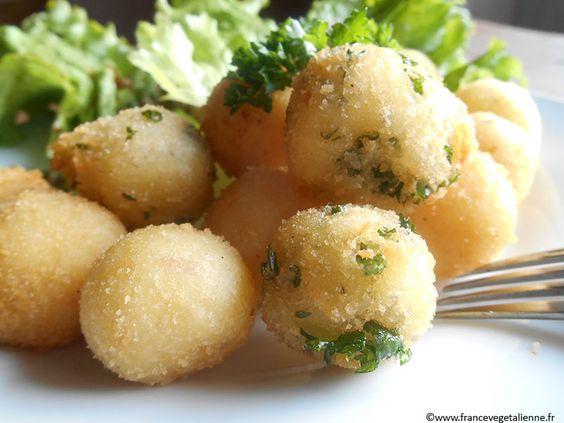 Très appréciée dans l'Hexagone (hélas, souvent en surgelé...), la pomme  noisette offre l'aspect d'une petite boule à base de purée de pomme de  terre, dorée à l'huile.  La purée de pomme de terre (des patates d'agriculture raisonnée feront la  différence!), une fois obtenue, est enrichie de crème végétale (en  remplacement des œufs traditionnels), liée avec un peu de fécule, salée et  façonnée en petites boules. Celle-ci, roulées dans de la chapelure, seront  plongées dans une huile…
