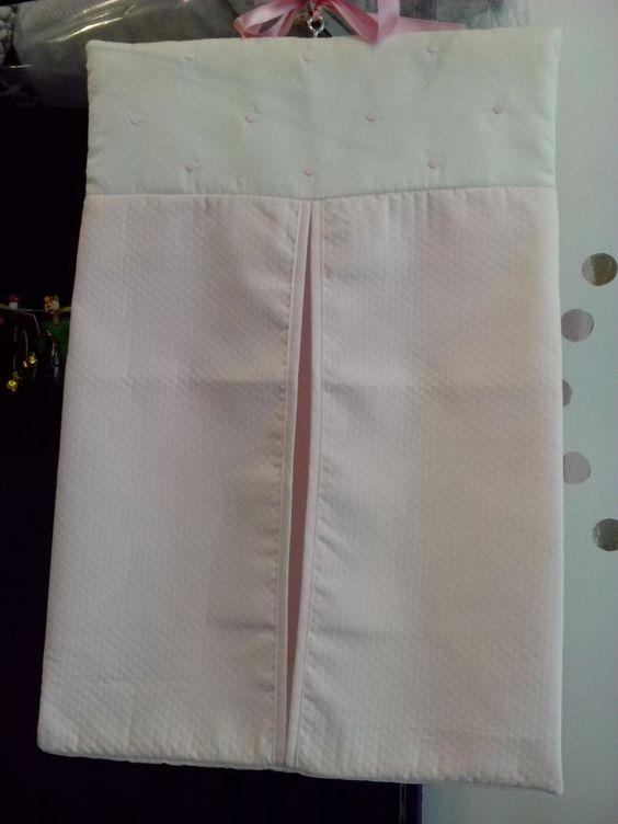 b e b e t e c a: DECO BEBÉ Pañalera de habitación confeccionada en piqués diamante rosa y marfil, con delicados bodoques bordados. bebetecavigo