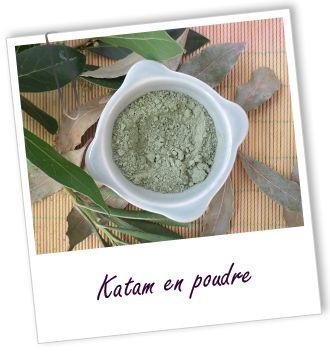 Le Katam est une plante de choix pour vos colorations capillaires. Elle permet de foncer les teintes obtenues avec les hennés et de donner de l'éclat à vos cheveux. Elle apporte de jolis reflets chocolat aux cheveux châtains et bruns et agit aussi comme soin pour redonner de la souplesse et de la brillance à vos cheveux.
