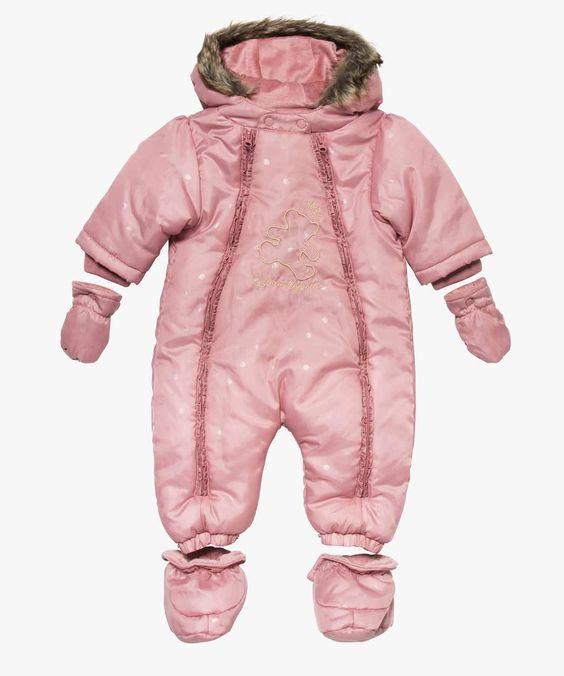 <p>Pour protéger bébé du froid, optez pour cette combinaison LuluCastagnette. Une combinaison pour bébé fille, entièrement doublée polaire avec capuche. Avec moufles et chaussons amobibles par bouton-pression. 2 ouvertures zippées par pan ventral. Ourson LuluCastagnette brodé avant, fils couleur or. </p> <p></p>