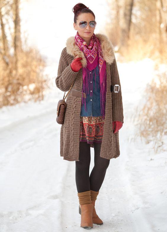 Minirock, Thermostrumpfhose, Overknee-Socken, Grobstrickmantel mit Kunstpelzkragen und Glitter-Booties - ein Winteroutfit das Spaß macht