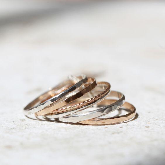 Les grains de raisin forment une belle grappe quand ils poussent, comme les anneaux de cette bague.Forgés à la main à partir d'argent recyclé, les anneaux sont maintenus ensemble par une petite bande d'argent, sans qu'elle les empêche pour autant de tourner.C'est une bague élégante et confortable à porter tous les jours.Vous recevrez un assortiment de textures et de couleurs :- 2 anneaux d'argent massif 2x1mm  brillant martelé- 1 anneau d'argen...