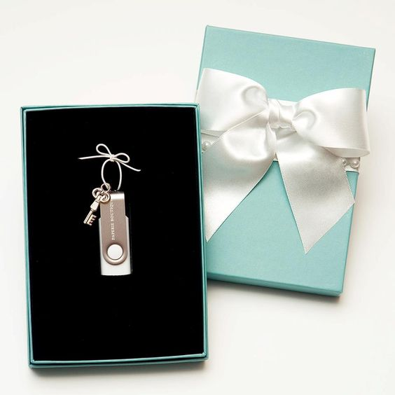 Love this packaging for USB drives.  This is super cute for weddings, engagement, maternity, newborn and family photos.  Very elegant and simple