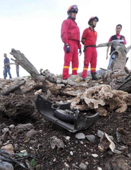 """Las autoridades mexicanas hallaron este domingo """"totalmente destruido"""" el avión privado en que viajaban la cantante Jenni Rivera y seis personas más, que no sobrevivieron al choque, informaron fuentes oficiales."""