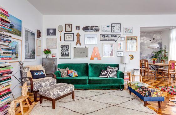 01-decoracao-sala-sofa-colorido-verde-quadros: