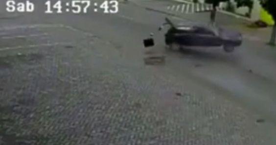 Carro capota várias vezes após acidente e motorista sai ileso; veja