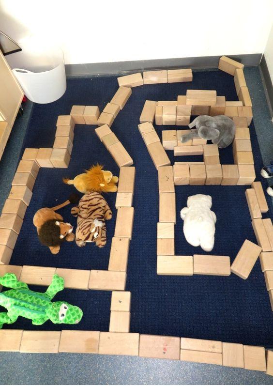 Hokken voor de dieren bouwen in de bouwhoek 3, thema dierentuin, kleuteridee.nl , cages for the animals in the block area.