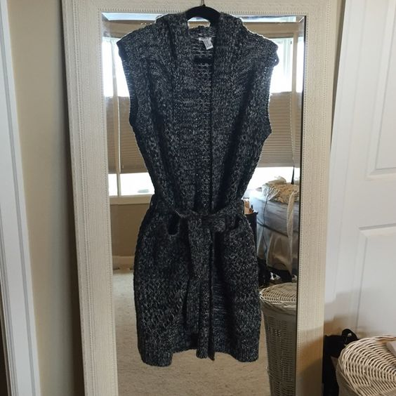 ✨ Final Sale ✨Grey knit short sleeve long cardigan Grey knit long style cardigan. Has a hood and pockets. Ties around the middle. super cute layered with jeans. Barely worn !!! Fits medium to large Forever 21 Sweaters Cardigans