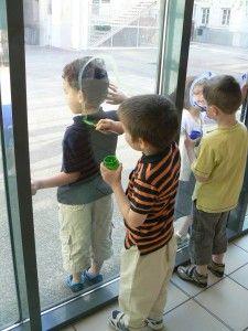 Les enfants ont dessiné leur silhouette sur les baies vitrées de l'école avec de la gouache puis les ont décorées de graphisme. L'oeuvre s'admire autant sur le sol grâce aux ombres portées que sur les vitres.