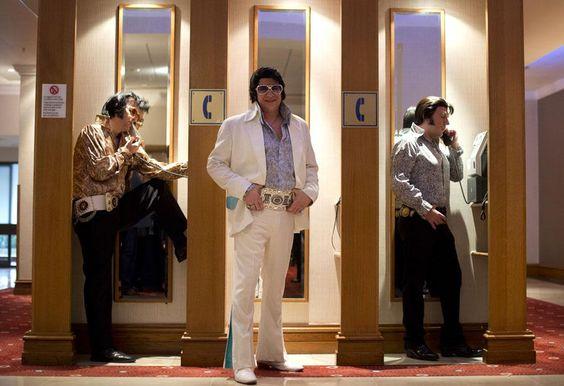 Des sosies d'Elvis Presley posent avant de concourir lors du championnat d'Europe d'Elvis à Birmingham (Royaume-Uni), le 6 janvier 2013. BEN STANSALL