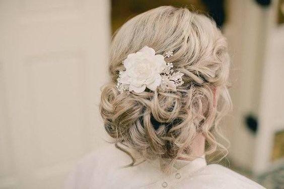 Chignon mari e bas avec fleur blanche coiffures mariage pinterest chignon bas and chignons Chignon mariee bas